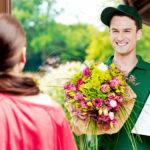 Стоит ли дарить цветы и как быстро это сделать